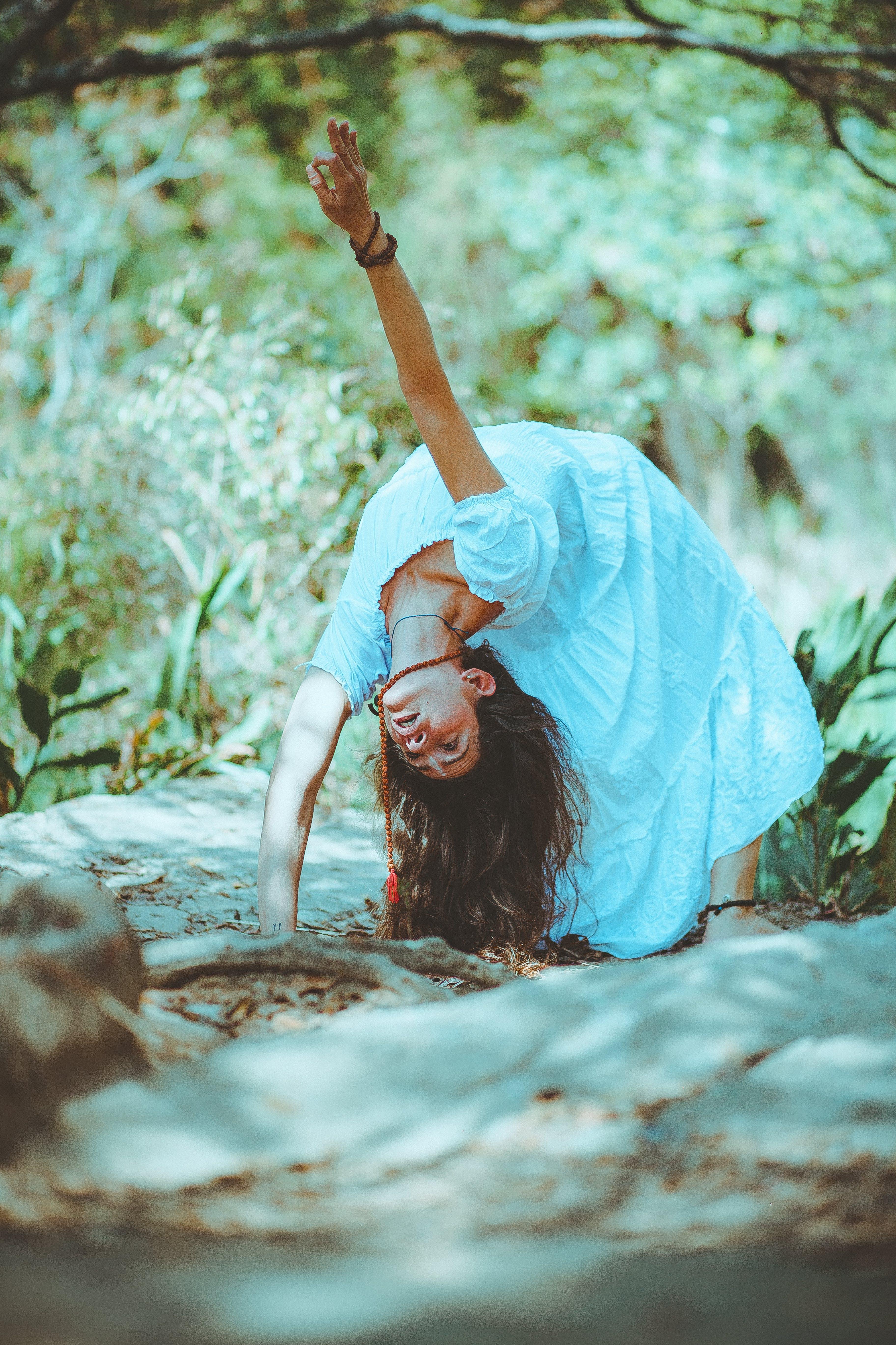 休閒, 女人, 弯曲, 日光 的 免费素材照片