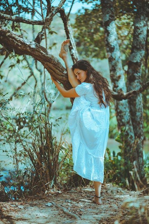 Foto stok gratis batang pohon, belum tua, bertelanjang kaki, cewek