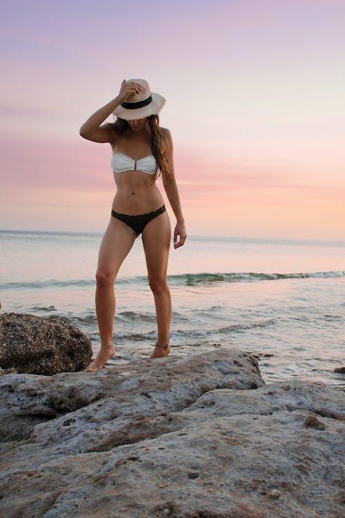 Photos gratuites de bikini, chapeau, coucher de soleil, femelle