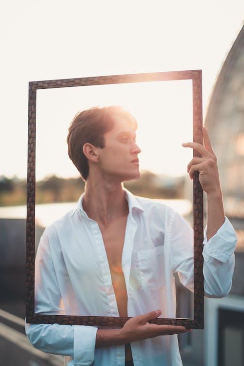 Základová fotografie zdarma na téma denní světlo, dívání, dlouhé rukávy, focení