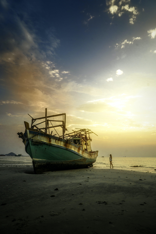 Immagine gratuita di acqua, alba, bagnasciuga, barca