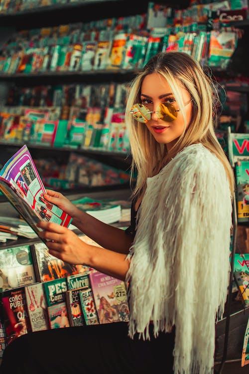 Δωρεάν στοκ φωτογραφιών με αγορά, άνθρωπος, βιβλιοπωλείο, γυαλιά ηλίου