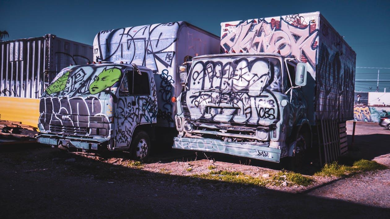 Araçlar, barbarlık, duvar yazısı