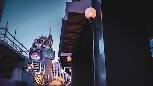 Foto d'estoc gratuïta de arquitectura, carrer, casino, centre de la ciutat