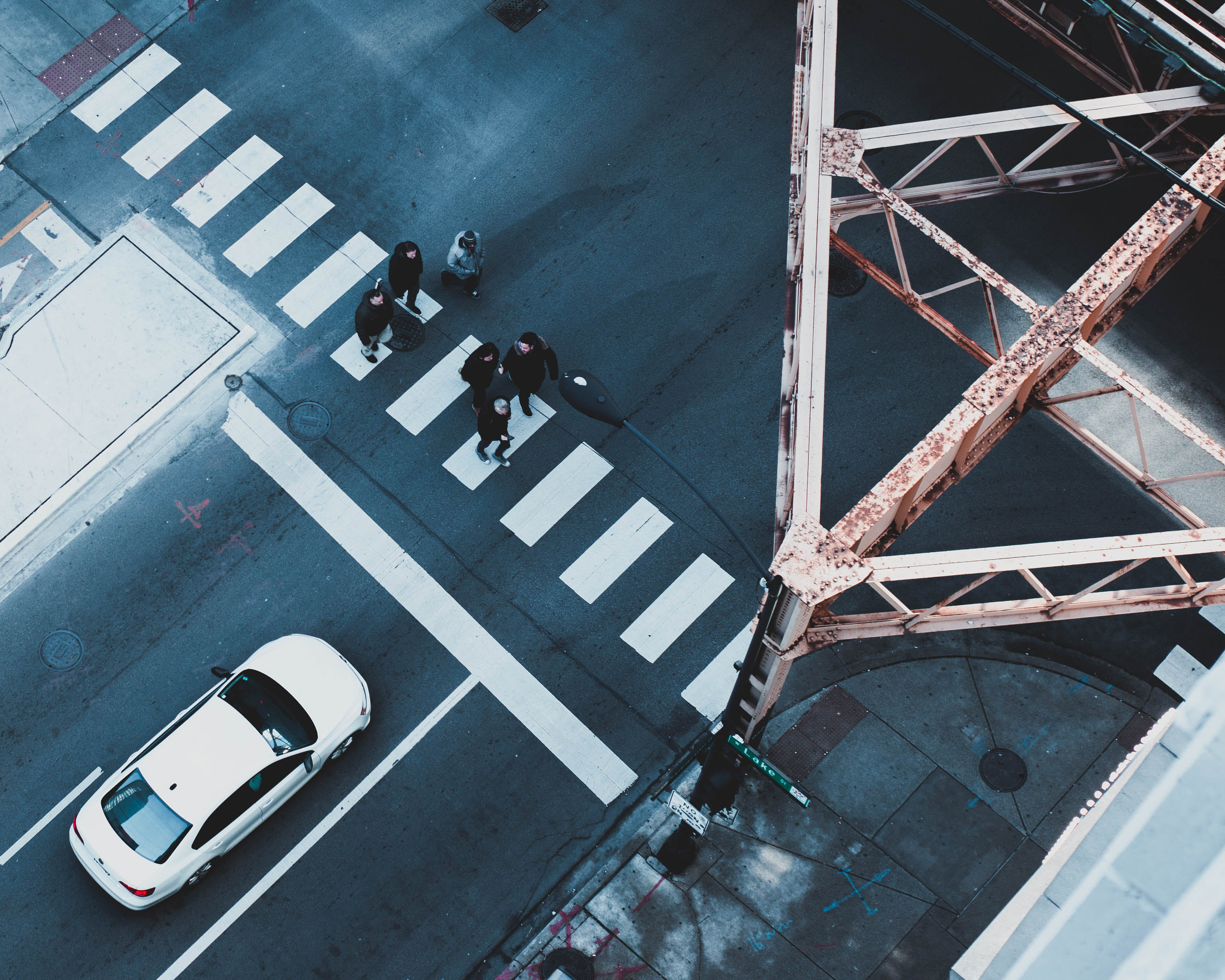 Foto d'estoc gratuïta de caminant, carretera, carril per a vianants, cotxe