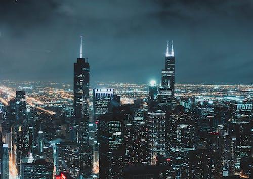 akşam, aydınlatılmış, binalar, gökdelenler içeren Ücretsiz stok fotoğraf
