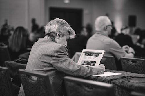 Darmowe zdjęcie z galerii z biały, czarny, dziennikarstwo, konferencja