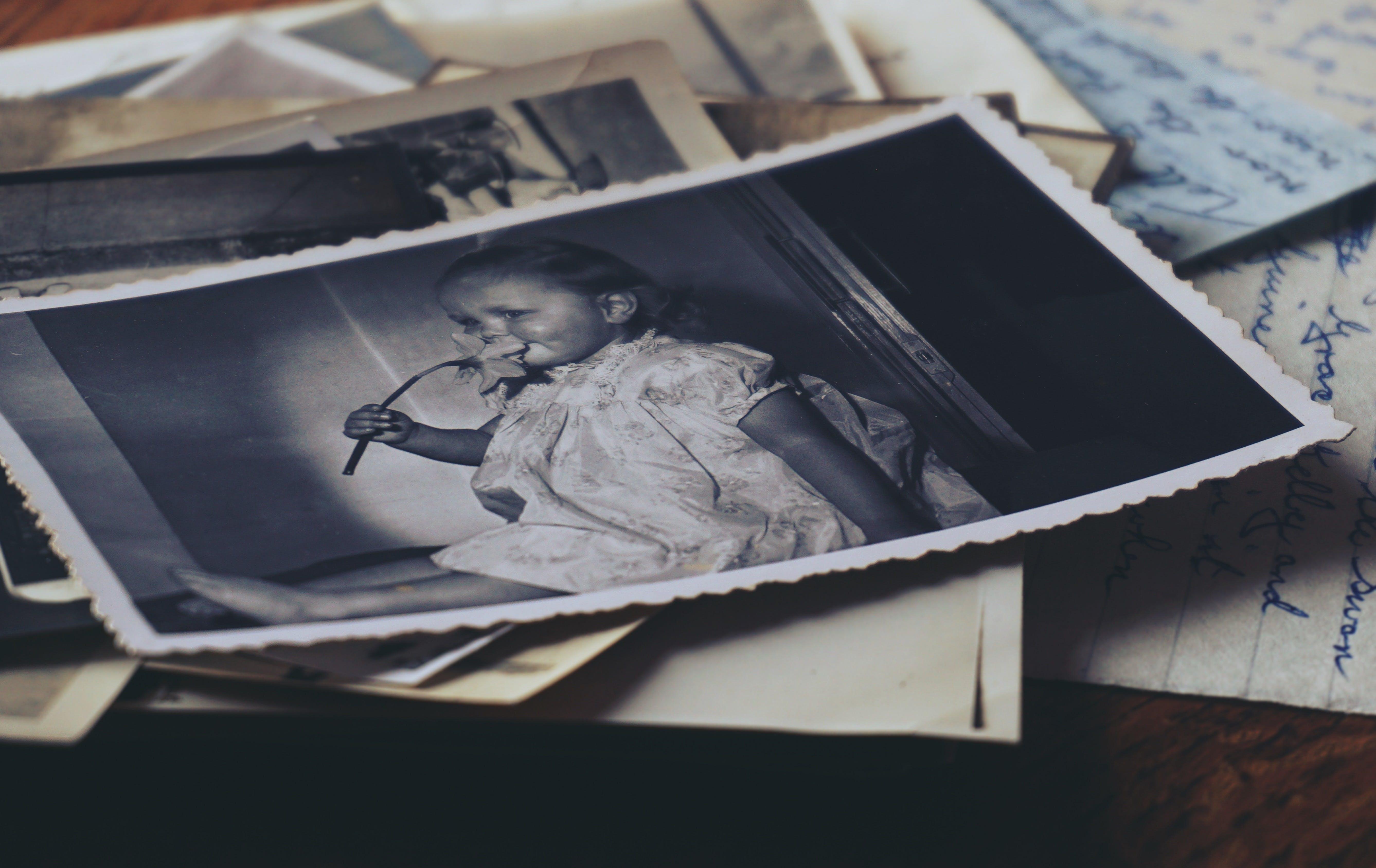 Základová fotografie zdarma na téma černobílá, fotky, staré dopisy, staré fotografie
