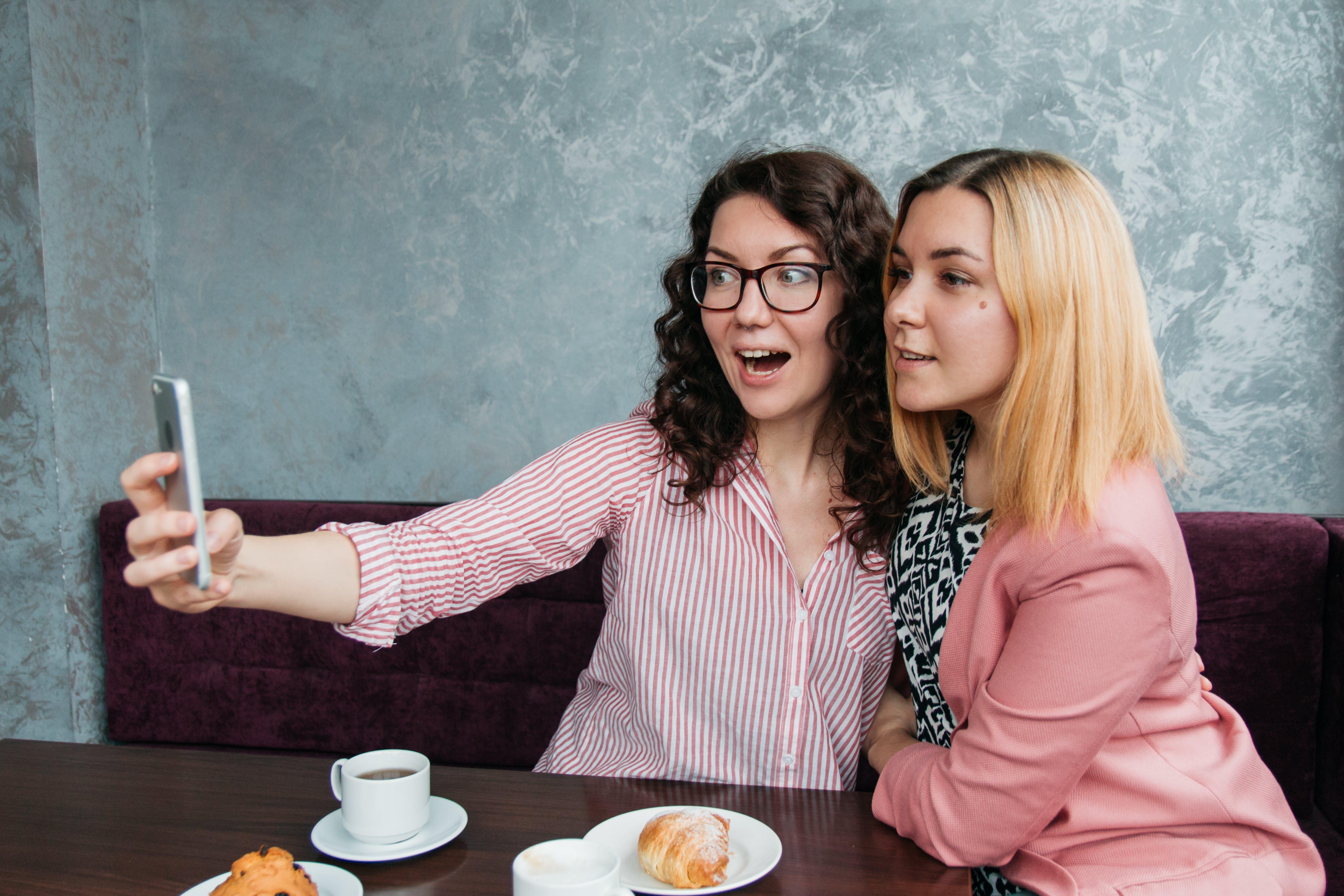 Бесплатное стоковое фото с caffee, беседа, веселье, город