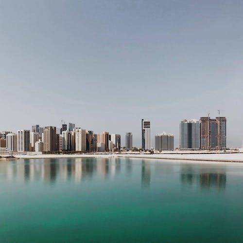 Kostnadsfri bild av abu dhabi, blå himmel, byggnad, hav