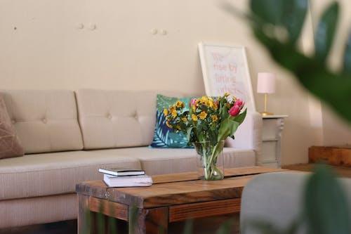 Foto stok gratis bagian dalam, bejana, buku-buku, bunga-bunga