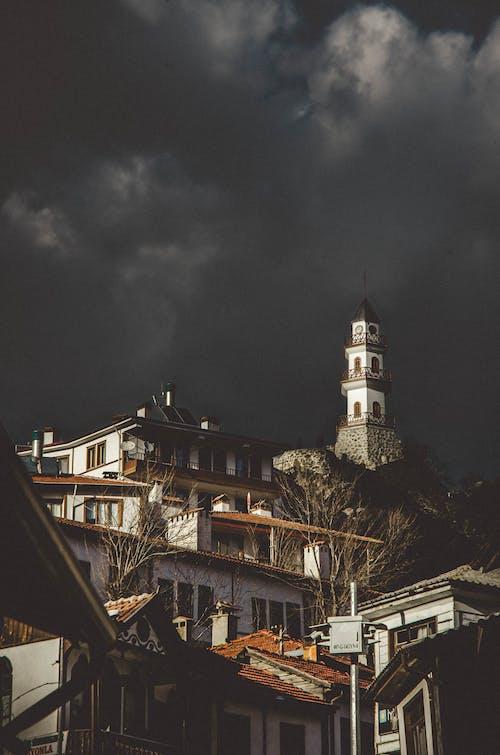 건물, 건축, 검은 구름의 무료 스톡 사진