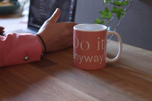 Základová fotografie zdarma na téma hrnek, káva, nápoj, notebook