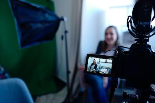 Ilmainen kuvapankkikuva tunnisteilla elokuva, huone, kamera, naine