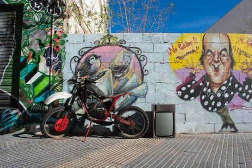 Kostenloses Stock Foto zu chiquito, motorrad, straße, straßenkunst