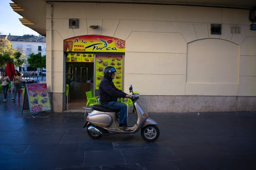 Kostenloses Stock Foto zu mann, motorrad, straße