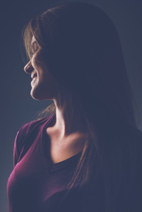 Безкоштовне стокове фото на тему «портрет, посмішка, сутінки»