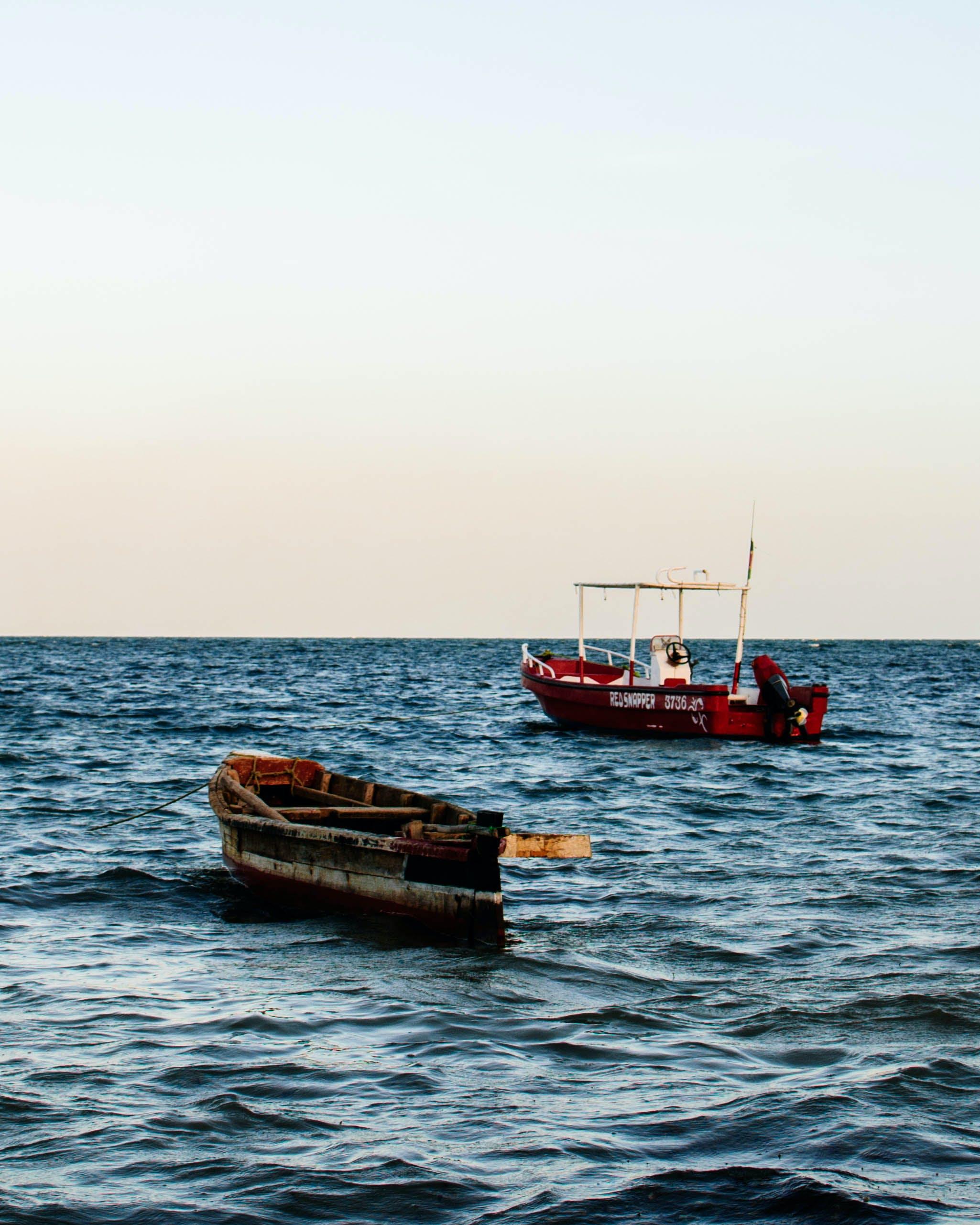 balıkçı teknesi, dalgalar, deniz, deniz araçları içeren Ücretsiz stok fotoğraf
