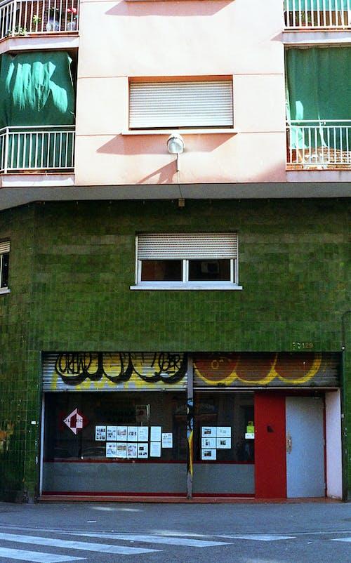 Fotos de stock gratuitas de almacenar, apartamentos, arquitectura, balcones