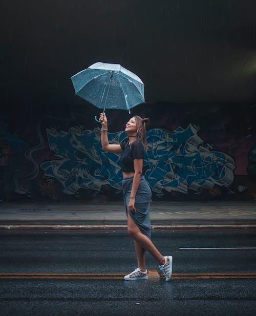 Základová fotografie zdarma na téma bezstarostný, déšť, deštník, móda