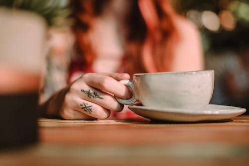 Fotobanka sbezplatnými fotkami na tému keramická šálka, kuchynské potreby, rozmazanie, ruka