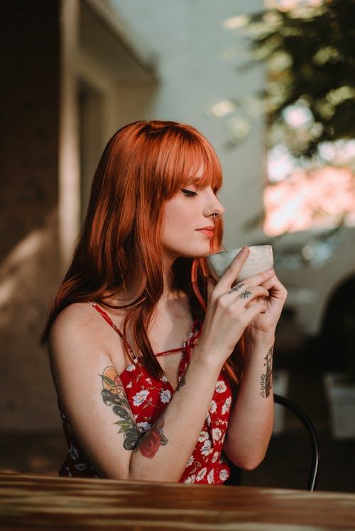 Fotobanka sbezplatnými fotkami na tému červenovlasý, keramická šálka, krásna, krásna žena