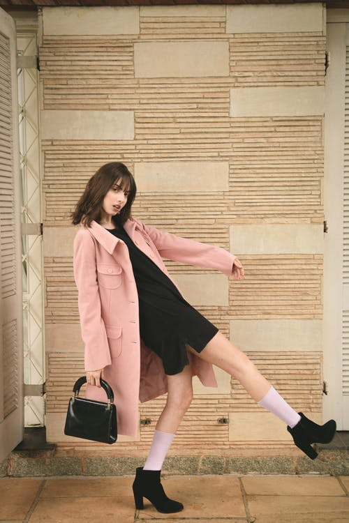 Mulher Usando Sobretudo Rosa E Blusa Preta Interna