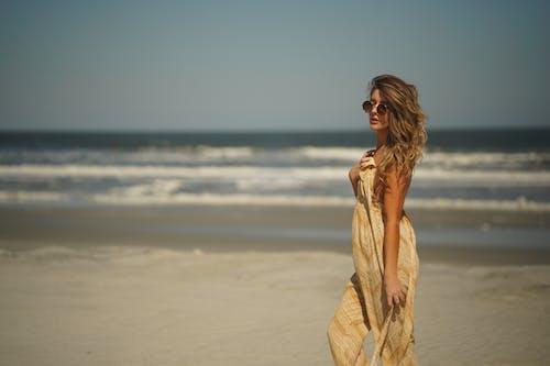Fotos de stock gratuitas de actitud, agua, arena, dice adiós