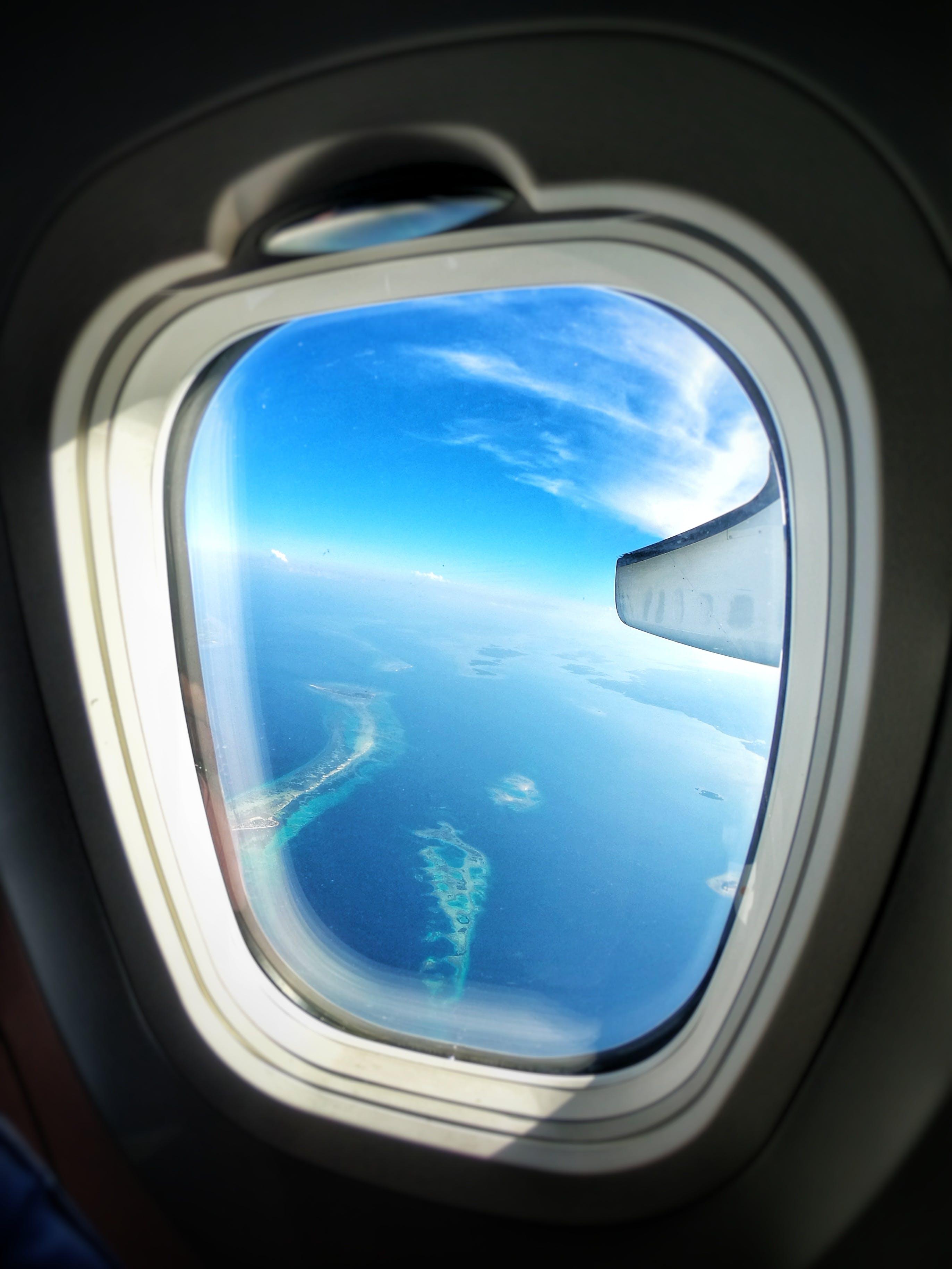 Δωρεάν στοκ φωτογραφιών με αεροπλάνο, γαλάζια νερά, γαλάζιος ουρανός, εναέρια άποψη