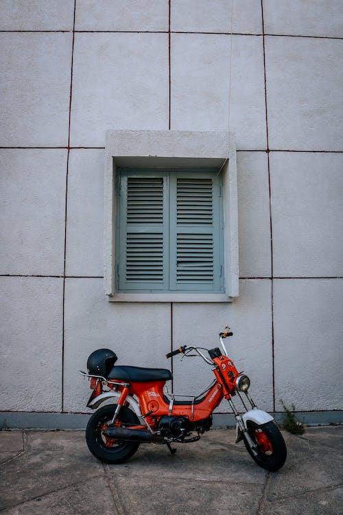 Immagine gratuita di casco, ciclomotore, edificio, esterno