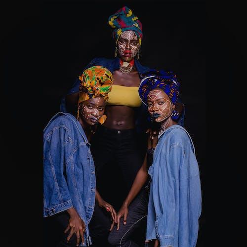 Gratis stockfoto met facepaint, gekleurde vrouwen, hoofddoek, houding