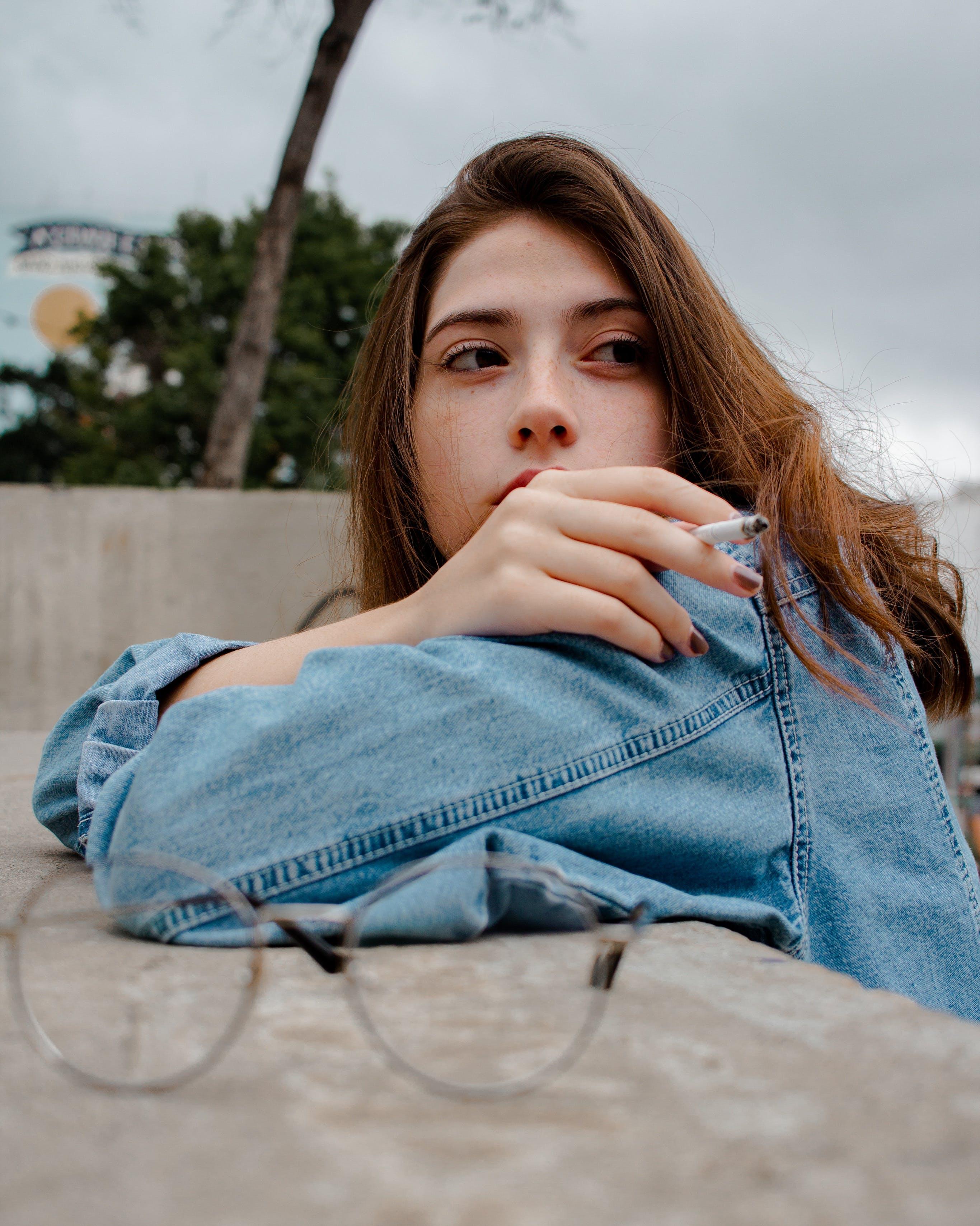 Základová fotografie zdarma na téma cigareta, denní světlo, dívání, holka