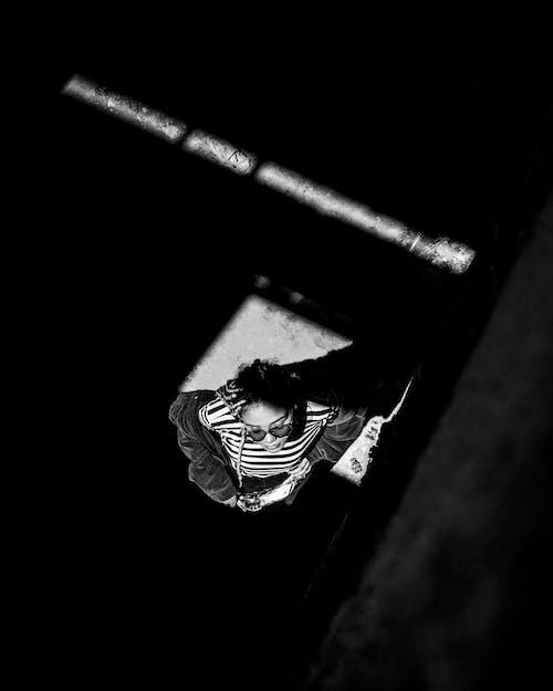 Fotos de stock gratuitas de blanco y negro, desde arriba, luz del sol, mujer