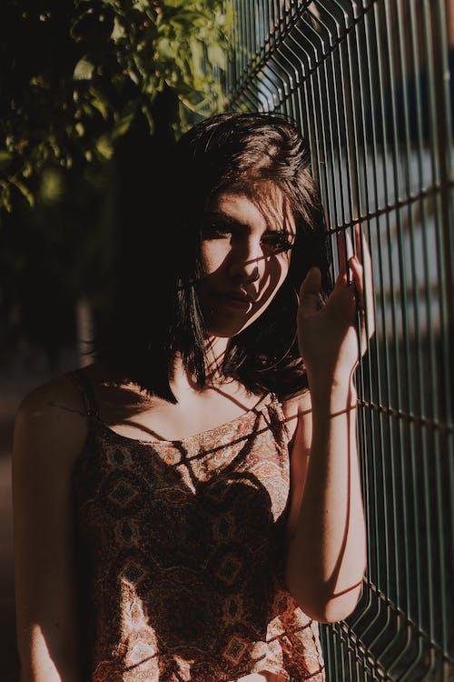 Gratis lagerfoto af brunette, close-up, fotosession, kvinde