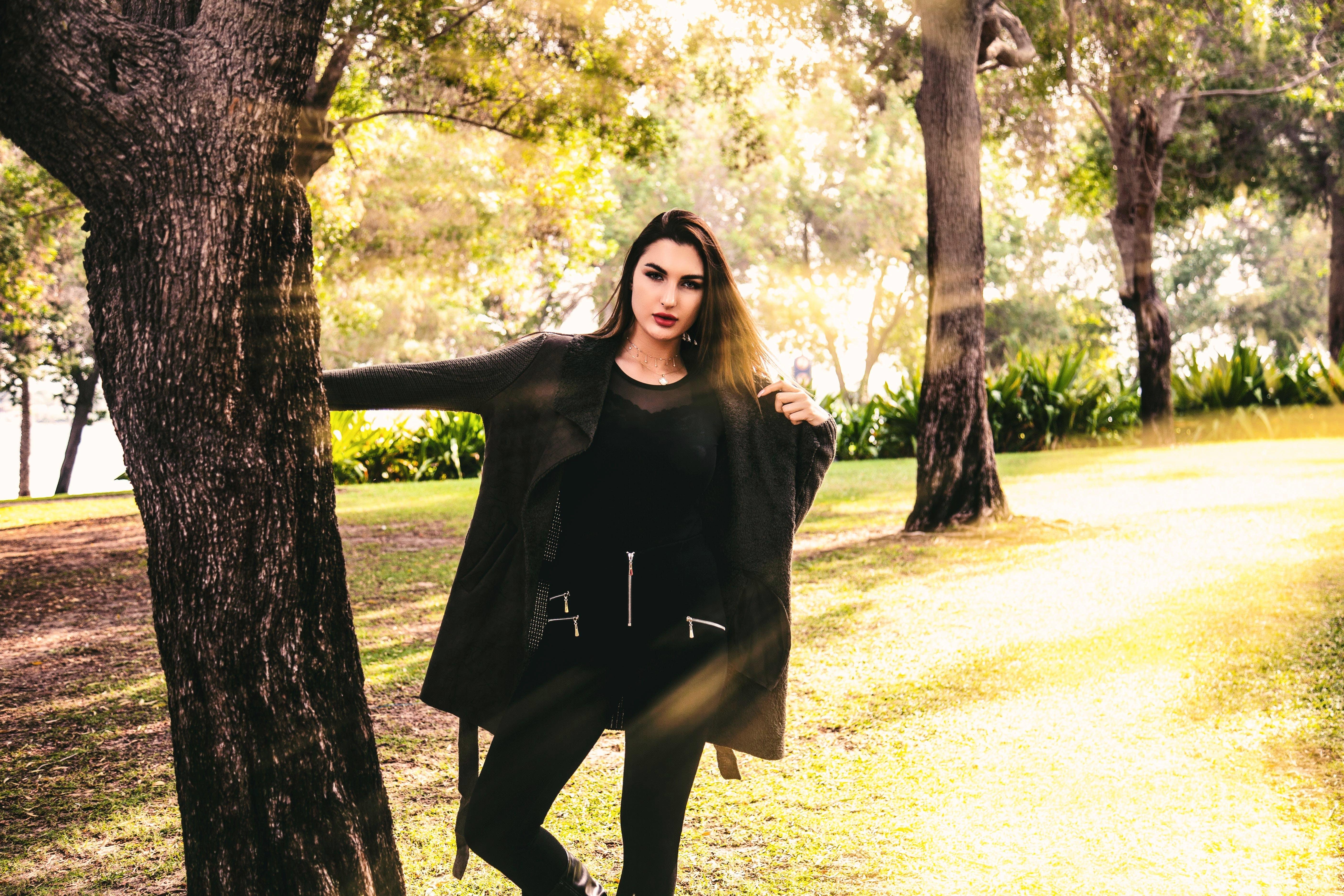 Kostenloses Stock Foto zu bäume, fashion, fotoshooting, frau