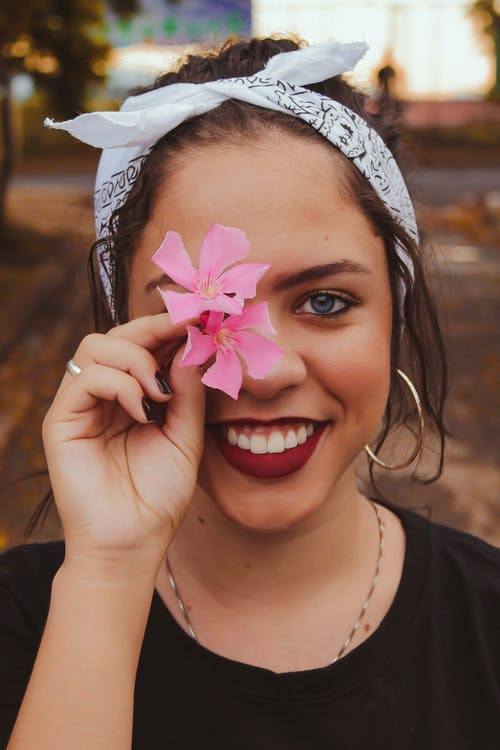 Darmowe zdjęcie z galerii z atrakcyjny, kobieta, kwiaty, ładny