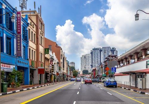 Gratis lagerfoto af biler, blå himmel, by, bymidte