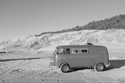 Fotos de stock gratuitas de arena, coche, escala de grises, playa