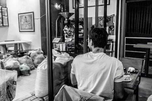 Foto d'estoc gratuïta de blanc i negre, cafè, fons negre, gra de cafè