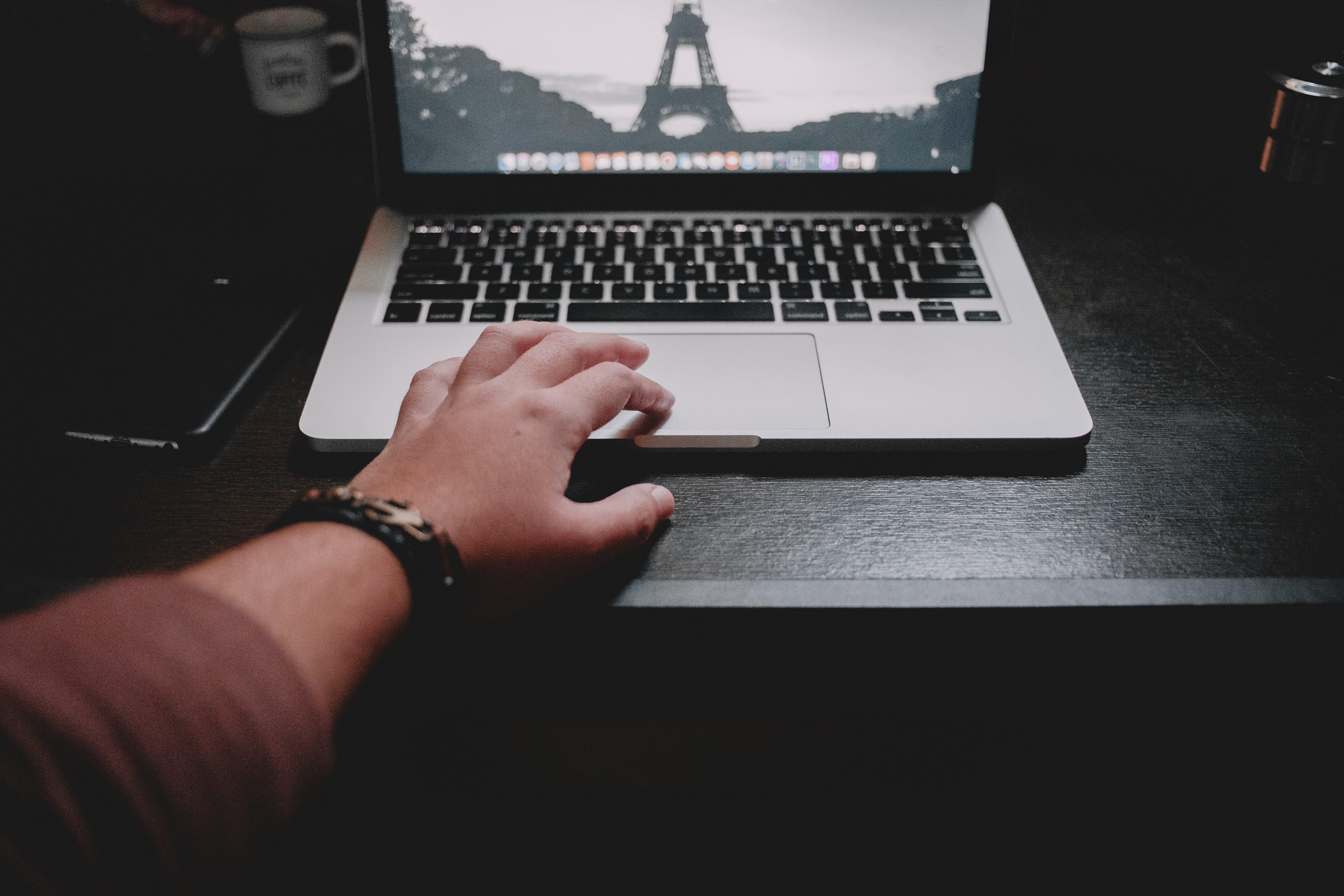 Gratis lagerfoto af arbejder, arm, bærbar, bærbar computer