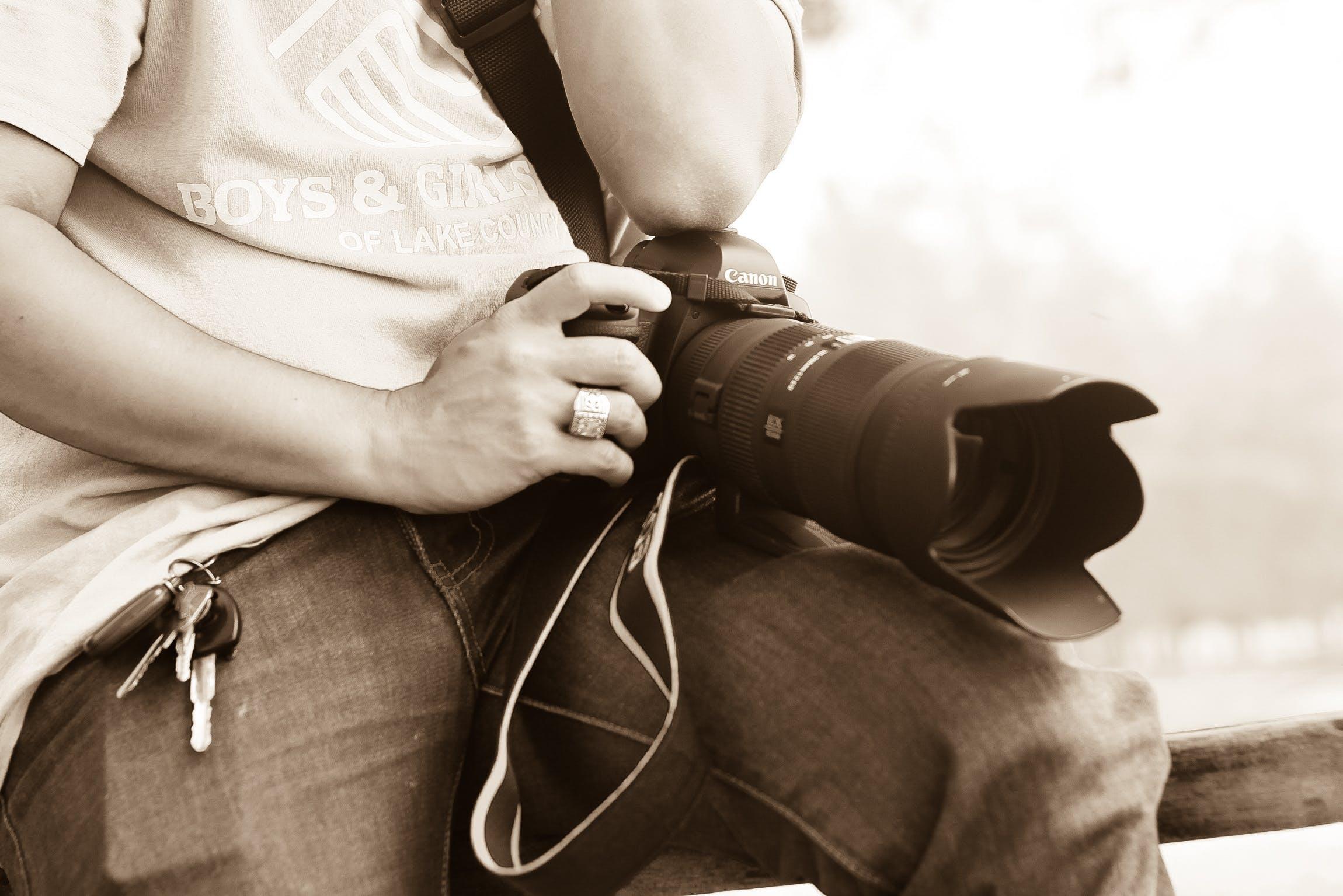 adam, anahtarlar, canon, dslr içeren Ücretsiz stok fotoğraf