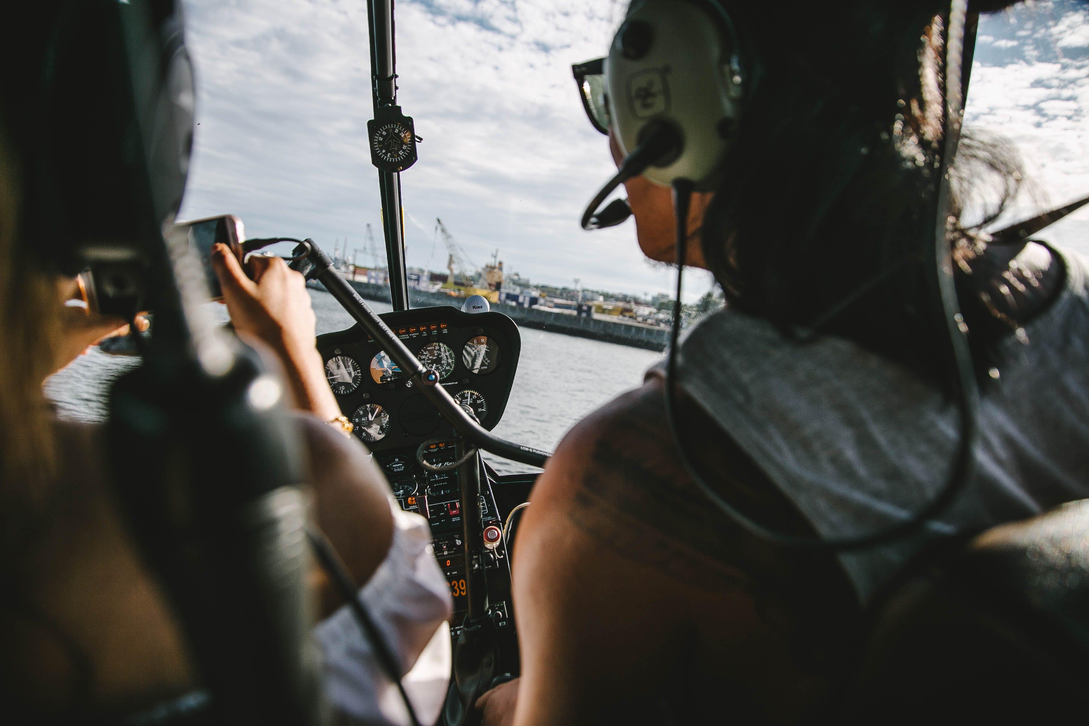 Foto profissional grátis de aeronáutica, céu, mulheres, pessoas