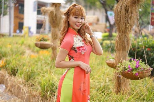 Gratis stockfoto met Aziatische vrouw, bloemen, blurry achtergrond, daglicht