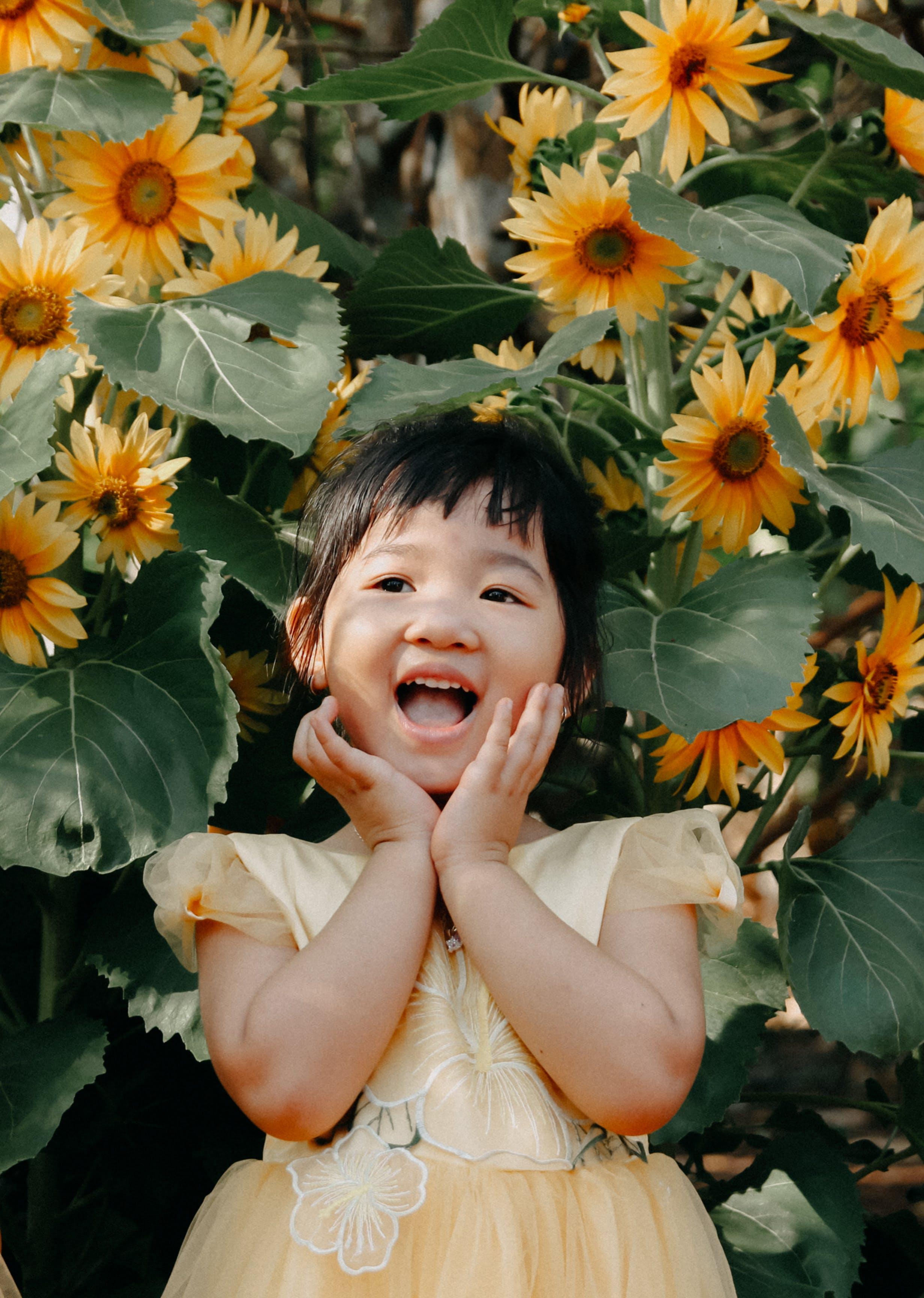 Kostenloses Stock Foto zu baby, blumen, freude, garten