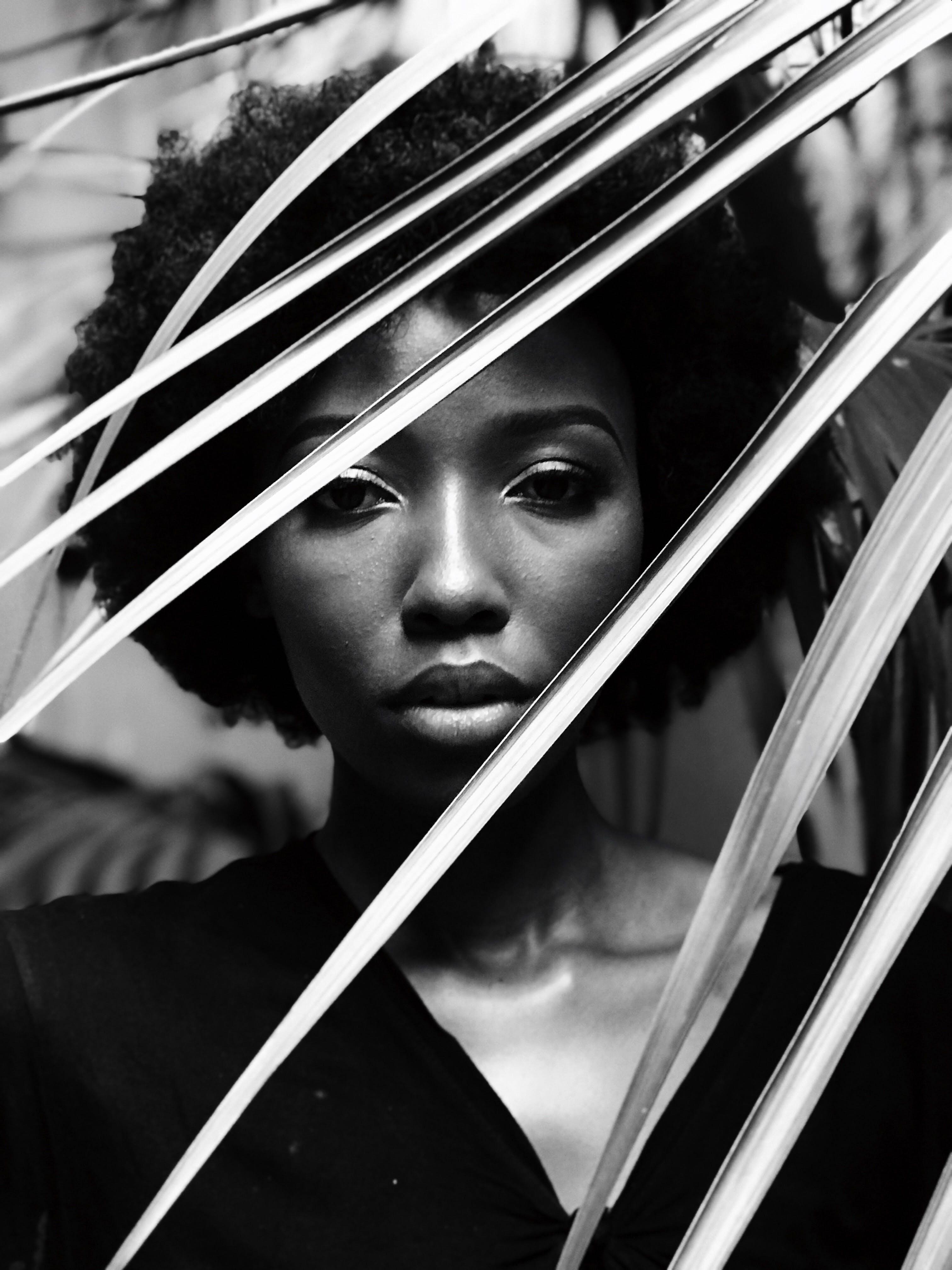 Foto d'estoc gratuïta de adult, afro, bellesa, blanc i negre