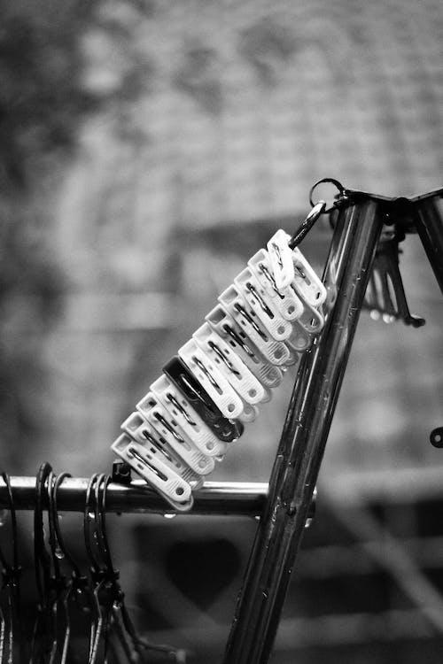 Imagine de stoc gratuită din alb-negru, atmosferă sumbră, curtea din spate, frânghie de rufe
