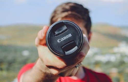 Gratis lagerfoto af Canon, dagslys, hænder, lukker