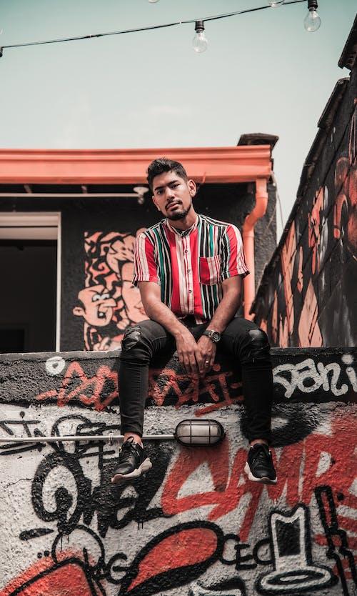 Fotobanka sbezplatnými fotkami na tému denné svetlo, fúzy, graffiti, Latinoameričan