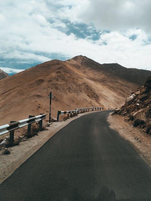 Gratis arkivbilde med asfalt, dagslys, dal, fjell