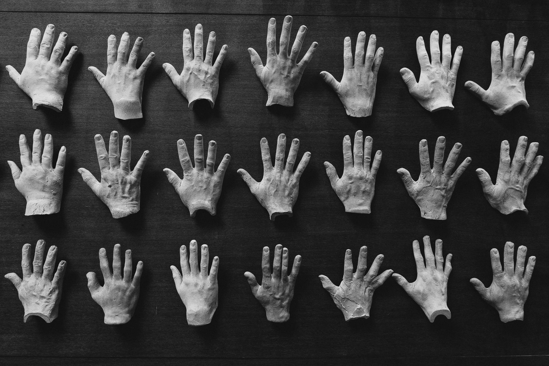 Základová fotografie zdarma na téma černobílá, prsty, ruce, umělý